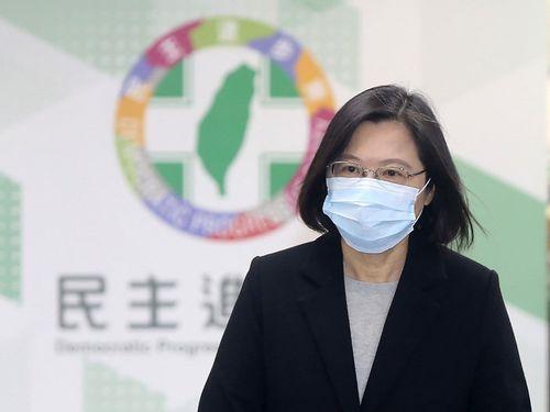 2日午後、与党・民進党の会合に出席する蔡総統