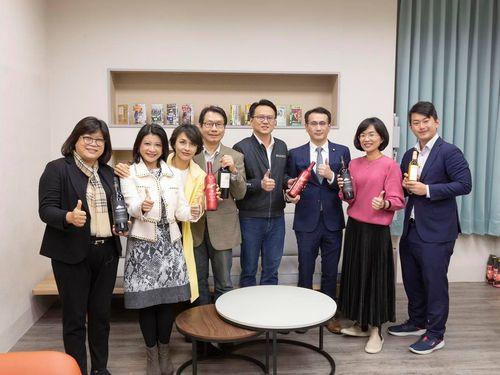 オーストラリア産ワインの購入を呼び掛ける与野党議員。左から3人目は邱議瑩氏=邱氏のフェイスブックから