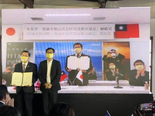 高雄市鼓山区の林区長(左)と陳市長