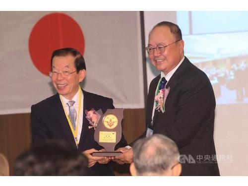 謝長廷駐日代表(左)と台湾少年工の子孫らでつくる「台湾高座友の会」の何敏豪会長