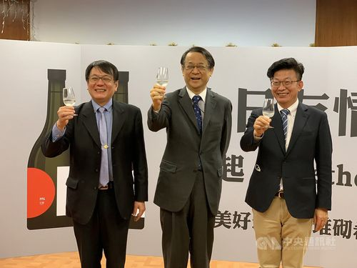 左から台酒の丁董事長、泉代表、民進党の郭国文立法委員(国会議員)