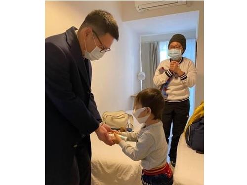 がん治療のため訪日している男児と祖母(右)=謝駐日代表のフェイスブックから
