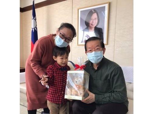 右から謝駐日代表、東京の病院を退院した男児、男児の祖母=謝氏のフェイスブックから