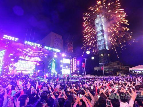 台北市政府前広場で行われた年越しイベントの様子=2017年1月1日撮影