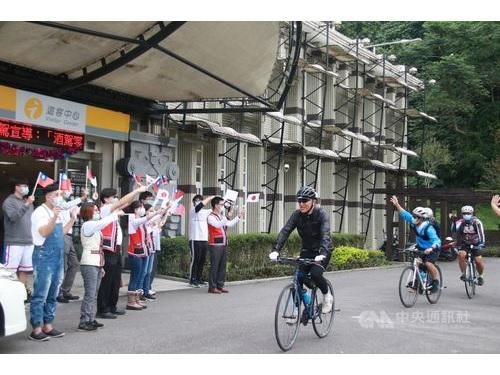 花東縦谷国家風景区管理処から歓迎を受ける日本地方自治体の駐在員ら=同処提供
