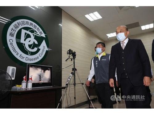 中央感染症指揮センターの陳時中指揮官(左)と共に会場に向かう蘇行政院長