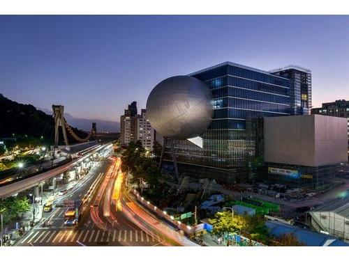台北パフォーミングアーツセンター(右)=同施設提供