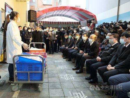 学校給食での国産食材の活用状況を視察した蘇行政院長(手前右から3人目)