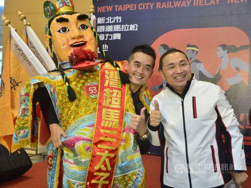 ポーズを決める侯友宜新北市長(右)と胡樹名さん