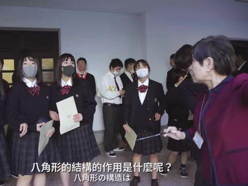 総統府を見学する日本の高校生ら