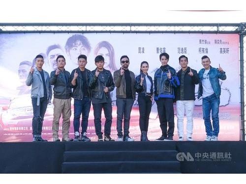 台湾映画「叱咤風雲」のプレミア上映イベントに出席するジェイ・チョウ(左4)、ハンナ(右4)、ハンナとツァオ・ヨウニン(右3)ら=創映電影、量能影業提供