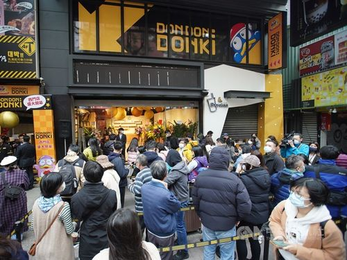 開店前から店の前には500人以上が列を作るドン・キホーテ台湾1号店