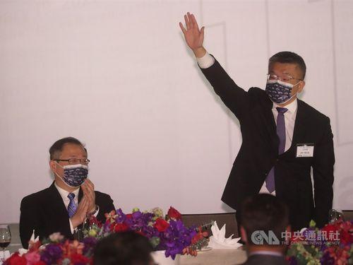 CPBLの蔡新会長(右)と呉前会長(左)