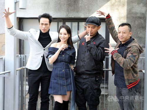 台湾ドラマ「天橋上的魔術師」の試写会に臨むヤン・ヤーチェ監督(右端)、主演のカイザー・チュアン(左端)ら=公共テレビ提供