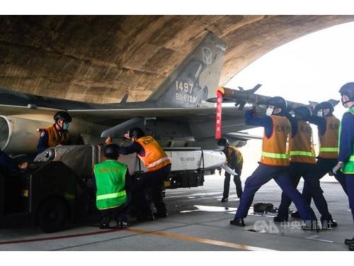 主力戦闘機「経国号(IDF)」にミサイル「萬剣」を装着する訓練の様子