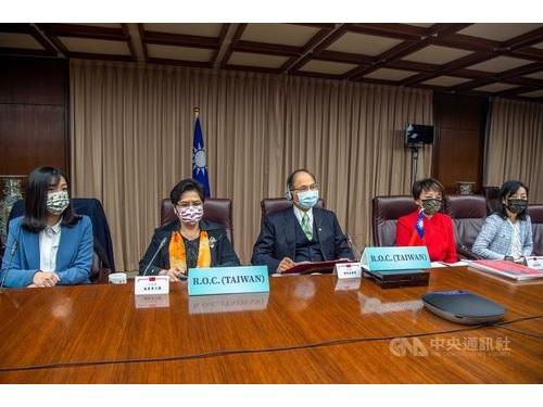 「アジア・太平洋国会議員連合」(APPU)の会議にオンライン参加する游立法院長(中央)と与野党4党の代表=同院提供