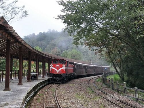 祝山線の対高岳駅(海抜約2400メートル)に停車する列車=阿里山林業鉄路及文化資産管理処提供