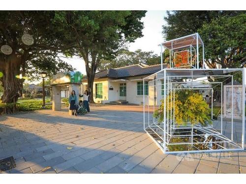 屏東県の文化エリア「勝利星村創意生活園区」に設置される花のアート=同県政府提供