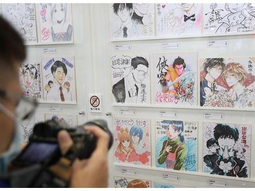 会場内の「日本館」に展示される、日本の漫画家100人超が描いたサイン色紙
