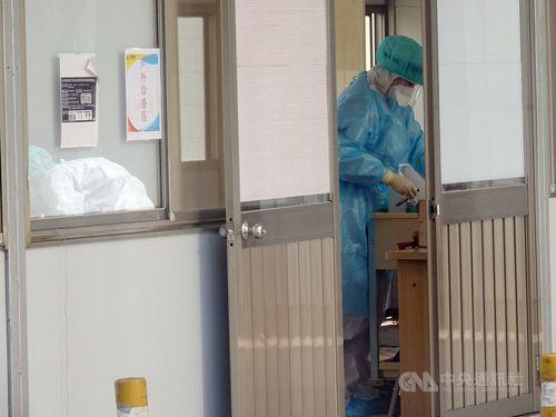 院内の医療機器を消毒する看護師=資料写真