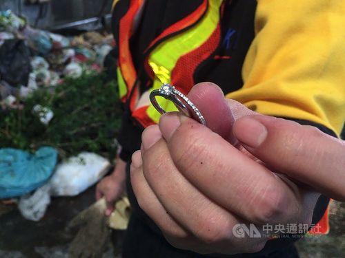 ゴミの山から見つかったダイヤの結婚指輪=田中鎮清潔隊提供