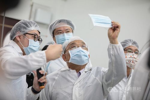 マスク工場を視察する蘇貞昌行政院長(中央手前、基隆市で6日撮影、中央社資料写真)