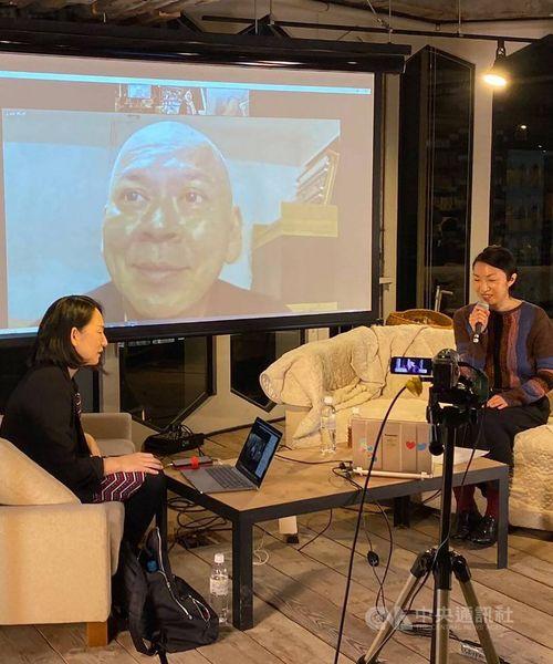 オンライントークでVR作品の撮影の経験などについて語るツァイ監督(中央)=文化部提供