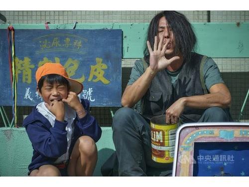 台湾ドラマ「天橋上的魔術師」の場面写真。右は魔術師役のカイザー・チュアン=公共テレビ、マイビデオ提供