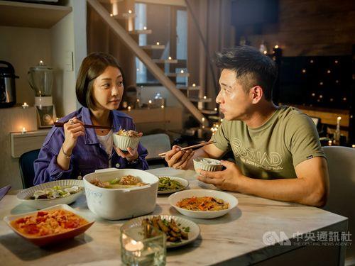 「角頭-浪流連」でカップルを演じるチェン・レンシュオ(右)とニッキー・シエ=巧克麗娯楽提供