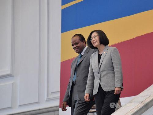 ムスワティ3世(左)と蔡総統=2018年、台北市