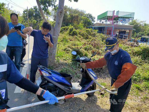 バイクから捕獲されたヘビ=屏東県消防局提供