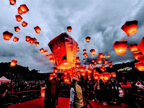 飛ばされる天灯(スカイランタン)=新北市観光旅遊局提供