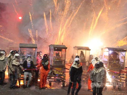 台南市塩水地区の塩水ロケット花火祭り