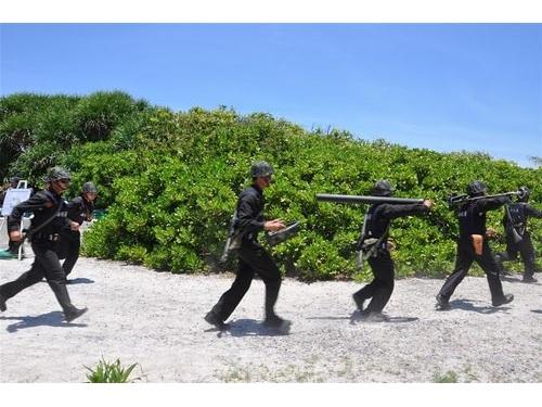 東沙島で訓練を行う海巡署の職員ら=資料写真