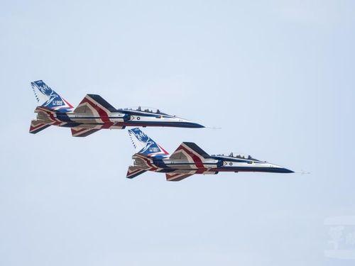 空中における作戦項目の検証を行う新型高等練習機「勇鷹」=軍聞社提供