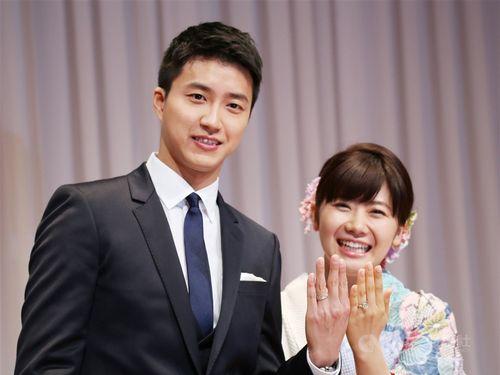 結婚指輪を披露する江宏傑さん(左)と福原愛さん=2016年9月撮影