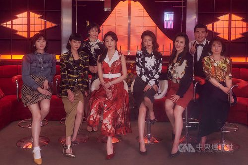 台湾ドラマ「華灯初上」の一部出演者。ルビー・リンは前列右3、シェリル・ヤンは同左3=百聿数碼提供