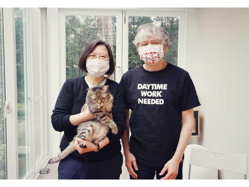 面会した蔡英文総統(左)と画家の奈良美智さん(右)。蔡総統のフェイスブックより。