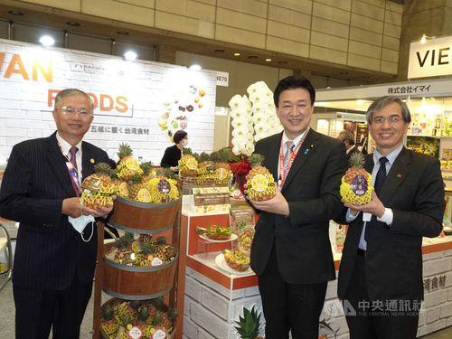 台湾パビリオンを視察する(左から)蔡明耀駐日副代表、木原稔衆院議員、台湾貿易センター東京事務所の陳英顕所長