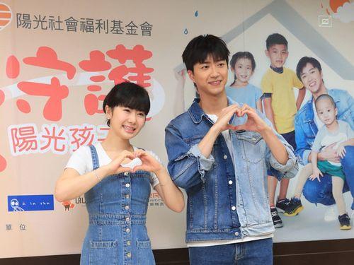 ポーズを決める福原愛さん(左)と江宏傑さん=2019年9月、台北市