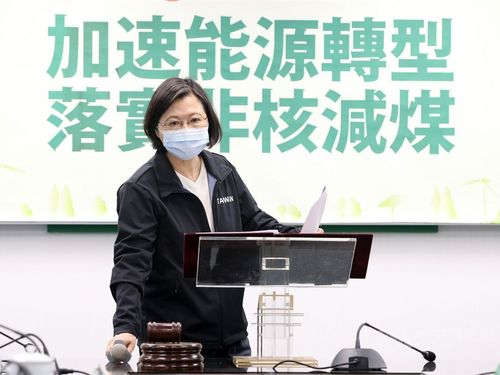 民進党主席を兼務する蔡総統=2021年3月10日、台北市