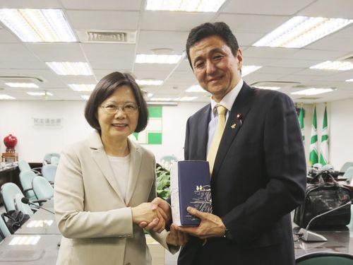 総統に初当選した蔡氏(左)と握手を交わす岸氏=2016年5月5日、台北市、民進党提供