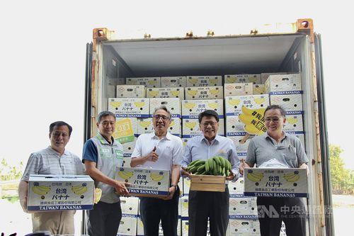 バナナの出荷式で笑顔を見せる潘屏東県長(右から2人目)=同県政府提供