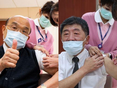 アストラゼネカ製新型コロナウイルスワクチンを接種する蘇貞昌行政院長(左)と陳時中衛生福利部長=左の写真は行政院、右は中央感染症指揮センター提供