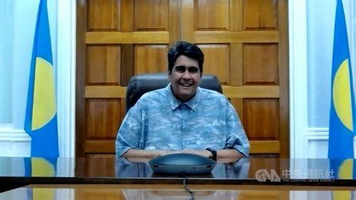リモートで中央社の単独インタビューに応じるパラオのウィップス大統領