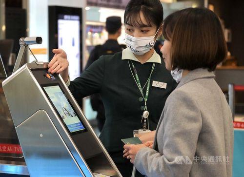 台北松山空港、出国審査場入り口と搭乗口に顔認証ゲート導入 外国人にも対応