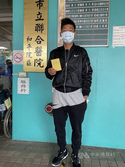 新型コロナウイルスワクチン接種を受けるテニス男子の曽俊欣=曽育徳さん提供