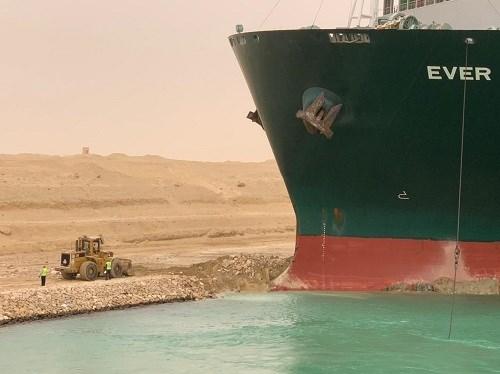 座礁したコンテナ船=スエズ運河庁のウェブサイトから