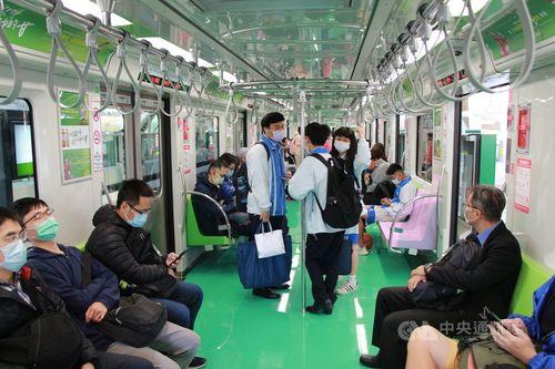 台中メトロの列車を試乗する市民ら