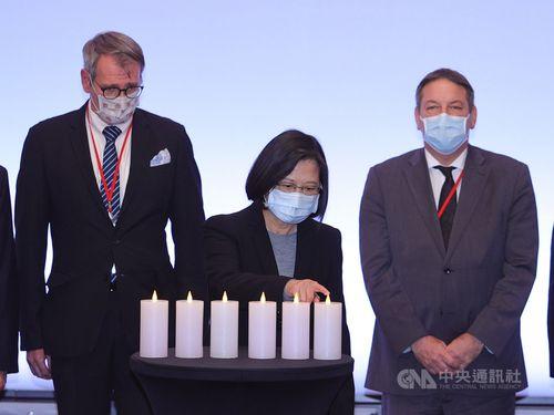 国際ホロコースト記念日の関連イベントに参加する蔡総統(中央)。左はドイツのプリンツ代表(大使に相当)、右はイスラエルのカスピ代表(同)
